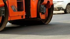 O caminhão da estrada faz o asfalto novo vídeos de arquivo