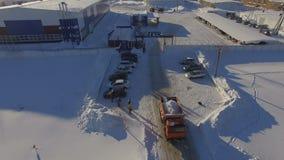 O caminhão da vista aérea expulsa do território da companhia do gás filme