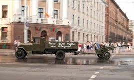 O caminhão das épocas da segunda guerra de mundo reboca um injetor Fotos de Stock Royalty Free