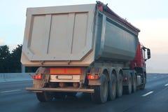O caminhão de descarga vai na estrada fotografia de stock royalty free