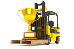 O caminhão de empilhadeira move o troféu dourado Foto de Stock Royalty Free
