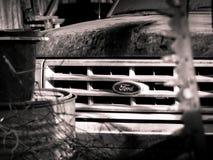 O caminhão de Ford do vintage senta-se em um celeiro foto de stock