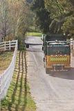 O caminhão de lixo conduz afastado Imagens de Stock