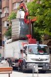 O caminhão de lixo recolhe o contentor do lixo Fotografia de Stock