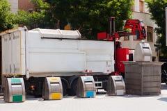O caminhão de lixo recolhe o contentor do lixo Fotos de Stock Royalty Free