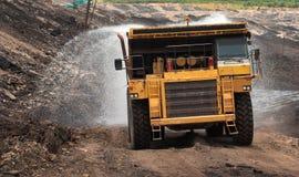 O caminhão de mineração descarrega o carvão Fotografia de Stock