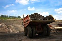 O caminhão de mineração descarrega o carvão Imagens de Stock