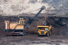 O caminhão de mineração descarrega o carvão Fotografia de Stock Royalty Free