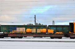 O caminhão de mineração Disassembled carregado em uma plataforma da estrada de ferro custa trilhas de estrada de ferro na área in fotografia de stock royalty free