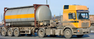 O caminhão de petroleiro move produtos químicos Fotografia de Stock Royalty Free
