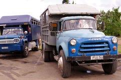 O caminhão de Taxibus converteu aos passageiros do transporte em Cuba imagem de stock
