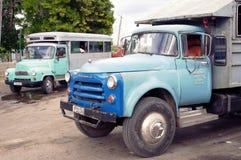 O caminhão de Taxibus converteu aos passageiros do transporte em Cuba imagens de stock
