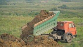 O caminhão descarrega a terra video estoque