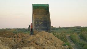 O caminhão descarrega a terra vídeos de arquivo