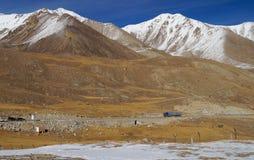 O caminhão e as montanhas em Khunjerab passam-me na beira de porcelana-Paquistão Imagem de Stock Royalty Free