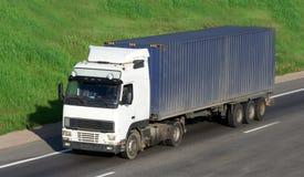 O caminhão em uma estrada Imagens de Stock