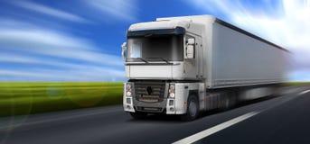O caminhão está movendo-se rapidamente na estrada fotos de stock royalty free