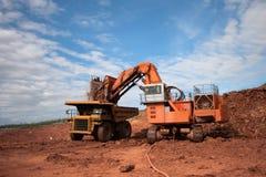 O caminhão está sendo carregado com o minério em um local da mina Foto de Stock Royalty Free