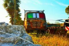 o caminhão estacionou oxidado e abandonado fotografia de stock