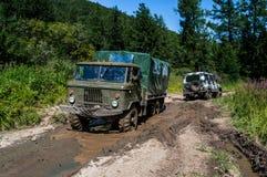 O caminhão fora de estrada grande puxa pross SUV pequeno fotos de stock