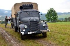 O caminhão histórico com dois homens vestiu-se em uniformes alemães do nazi durante o reenactment histórico da batalha da guerra  Imagem de Stock Royalty Free