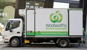 O caminhão marcado de uma cadeia de supermercados australiana conhecida Woolworths está fazendo uma entrega do mantimento foto de stock