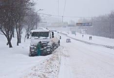Os caminhões na estrada nevado fotos de stock