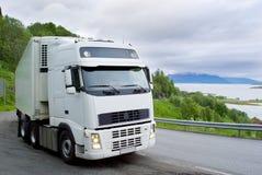 O caminhão na estrada norueguesa Fotografia de Stock