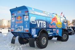 O caminhão para reagrupar-invade o MESTRE da equipe KAMAZ atrás fotografia de stock