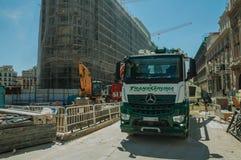 O caminhão parou no canteiro de obras no Madri fotografia de stock royalty free