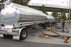 O caminhão-petroleiro americano funde a gasolina em um posto de gasolina Imagem de Stock Royalty Free