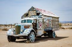 O caminhão pintado perto de Leonard Knights pintou a montanha do salvação na parte externa de Beal Road de Niland foto de stock
