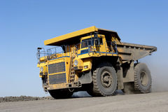 O caminhão que transporta o carvão imagens de stock royalty free