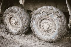 O caminhão roda dentro a lama Conceito fora de estrada do curso imagens de stock