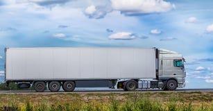 O caminhão transporta o frete na estrada Foto de Stock