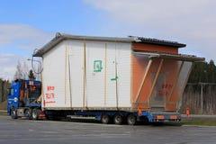 O caminhão transporta o módulo da casa de Premade como a carga de tamanho grande imagens de stock royalty free
