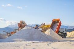 O caminhão trouxe a areia e derrama-a em um montão fotografia de stock royalty free