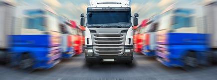O caminhão vai ao longo dos graus dos caminhões foto de stock