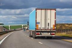 O caminhão vai em um resultado imagem de stock