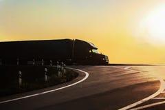 O caminhão vai na estrada imagens de stock
