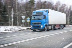 O caminhão vai na estrada do inverno foto de stock