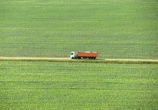 O caminhão vai na estrada em um campo verde, vista superior foto de stock royalty free