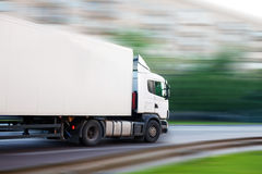 O caminhão vai na rua da cidade Imagens de Stock Royalty Free