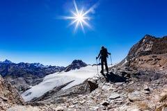 O caminhante alcança uma passagem de montanha alta, cumes italianos, ` Aosta de Val D, I Imagens de Stock