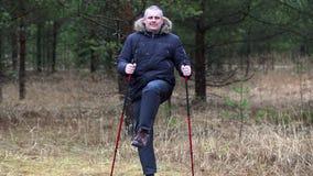 O caminhante com excesso de peso aquece-se na floresta video estoque