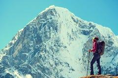 O caminhante com trouxas alcança a cimeira do pico de montanha Sucesso, liberdade e felicidade, realização nas montanhas Esporte  imagens de stock royalty free