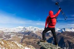 O caminhante comemora a conquista da cimeira Conceitos: vitória, Foto de Stock