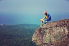 o caminhante da mulher aprecia a vista que caminha no pico de montanha fotografia de stock royalty free