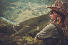 O caminhante da mulher que aprecia vale surpreendente ajardina em uma parte superior da montanha Imagens de Stock Royalty Free