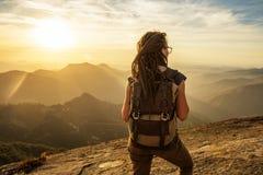 O caminhante encontra o por do sol na rocha de Moro no parque nacional de sequoia, Calif imagem de stock royalty free